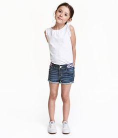 Dunkelblau. Shorts aus weichem, superstretchigem Denim. Modell mit gemustertem…