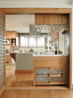 Nos armários desta cozinha cinematográfica, quem dá o tom é o freijó, qu...