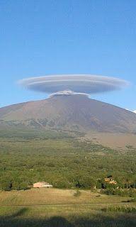 TERRA REAL TIME: ETNA - una impressionante nuvola discoidale sovrasta per ore il vulcano
