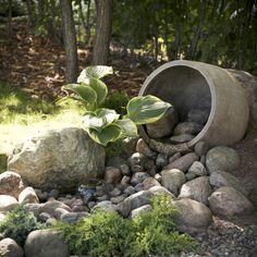 Puutarhaan tehdyn puron soliseva ääni rauhoittaa ja houkuttelee viihtymään. Katso Meidän Talon ohjeet ja rakenna vesiaihe puutarhaan! Firewood, Garden Sculpture, Outdoor Decor, Plants, Woodburning, Plant, Planets