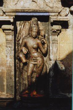 Temple shivaïte de Nageshvarasvami, Kumbakonam (Tamil Nadu), vallée de la rivière Kaveri, fin du IX-début du Xe siècle : détail d'une niche de la face ouest de la tour du sanctuaire avec Ardhanarishvara, Shiva à demi-féminin.
