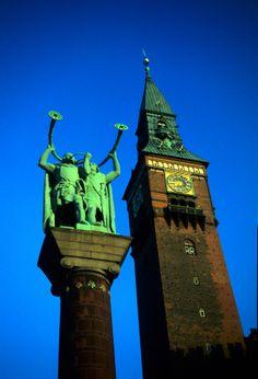 La torre del ayuntamiento y la estatua de los Tocadores de Lur en Radhuspladsen