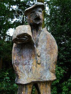 """De Wever door Christ van Oyen op het Ridderplein in Gemert. Deze wever / Drumknaauwer stond model voor de hoogst haalbare Carnavalsonderscheiding in Gemert (dat in Carnavalstijden Waeverstad heet). Jaarlijks, op 11-11 (d'n elfde van d'n elfde), wordt """"Het Drumknaauwerke"""" op het Ridderplein door de Prins uitgereikt. Buddha, Statue, Model, Art, Pictures, Artworks, Art Background, Scale Model, Kunst"""