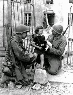 American soldiers comfort little girl and her puppy after invasion of Normandy. Colleville-sur-Mer, American soldiers comfort little girl and her puppy after invasion of Normandy. Old Pictures, Old Photos, Papua Nova Guiné, Ali Michael, American Soldiers, Interesting History, World History, Military History, World War Two