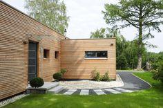 Drevo na fasáde podlieha rôznym poveternostným vplyvom a pre rovnomerné zostarnutie fasády je ideálne, keď sú steny vystavené vplyvom počasia všade rovnako. Toto sa dá zvyčajne dosiahnuť najlepšie na čistej stavbe, bez rôznych členitostí. Bau Fritz