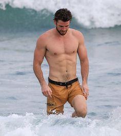 OMG, surf's up! Liam Hemsworth reveals considerable VPL while swimming Liam Hemsworth, Hemsworth Brothers, Big Muscle Men, Gabriella Brooks, Gq Australia, Hunks Men, Next Top Model, Surfs Up, Celebrity Crush