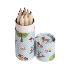 12 petits crayons de couleurs de 9 cm.    Rangés dans une jolie petite boîte ronde bleue à petits pois blancs, ils se glisseront facilement dans un sac de voyage pour faire du coloriage.   2,90 € http://www.lafolleadresse.com/bricolage/1388-petite-boîte-ronde-de-12-crayons-de-couleurs-nature.html