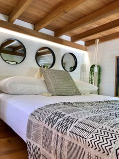 We absolutely love this tiny house design! Tag a fellow tiny … We absolutely love this tiny house design! Tag a fellow tiny house lover! Tiny Houses For Rent, Tiny House On Wheels, Loft Interior, Home Interior Design, Modern Interior, Scandinavian Style Home, Comfy Bed, Tiny House Living, Tiny House Design