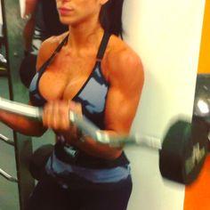 bicep...Toda la espalda tiene que tocar la pared, no arquear la espalda. Mira hacia adalante. Baja los brazos bien extendidos. Lento y controlado. Aqui necesitas muy bajo peso, trata de hacerlo con un peso que puedas controlar y hacer el ejercicio correcto. Es muy concentrado de los biceps. 4x12