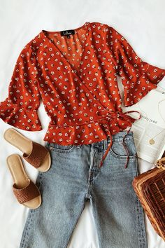 Floral Wrap Top Boyfriend Jeans Summer Outfit For you who loves the cute-messy look, the boyfriend jeans seem to be a great idea. This is why boyfriend jeans summer outfit today becomes so popular. Boyfriend Jeans Outfit Summer, Jeans Boyfriend, Summer Jeans, Vaqueros Boyfriend, Summer Ootd, Summer Winter, Summer Fun, Casual Outfits, Fashion Outfits