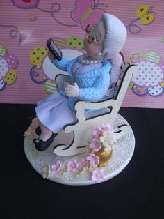 Old lady sitting on a chair Fondant Cake Toppers, Fondant Figures, Cute Crafts, Diy And Crafts, Rodjendanske Torte, Fondant People, Biscuits, Garden Cakes, Unique Wedding Cakes