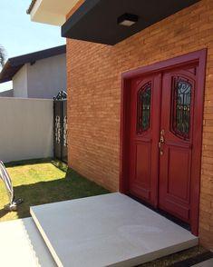100 fachadas de casas modernas e incríveis para inspirar seu projeto Gate Design, House Design, Gate Automation, Driveway Design, House Paint Exterior, Entrance Gates, House Painting, Garage Doors, Facade