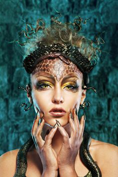 Gorgon medusa in dungeon. Young woman with creative fantasy hairstyle and make up Medusa Halloween Costume, Halloween Kostüm, Halloween Face Makeup, Medusa Make-up, Medusa Headpiece, Headdress, Halloween Disfraces, Creative Portraits, Fantasy Makeup