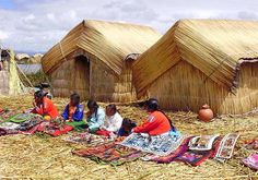 Étnia Uros, en la Isla flotante de los Uros, lago Titicaca, Perú