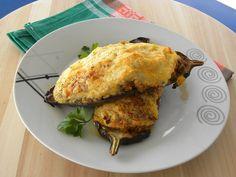 Τα παπουτσάκια είναι  μελιτζάνες γεμιστές με σάλτσα κιμά και με μπεσαμέλ από πάνω οι οποίες ψήνονται στο φούρνο.