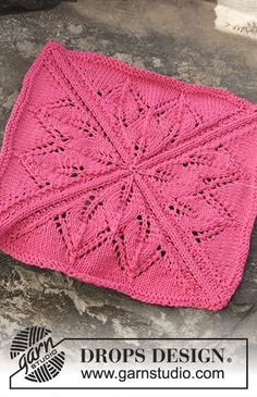 """Knitted DROPS cloths with lace pattern worked in a square in """"Cotton Light"""". Free pattern by DROPS Design."""