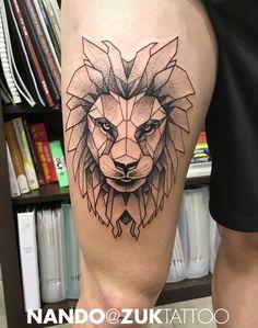 Tatuaje geométrico de un león en el muslo.