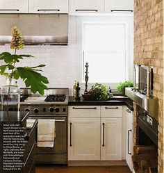Cabinet Pulls - Where to Put Them?  - http://carlaaston.com/designinthewo/2012/04/cabinet-pulls-where-to-put-them.html#  (image - House Beautiful)