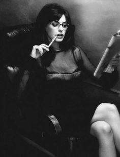 Anne Hathaway: Black and White Photo! Anne Hathaway, Pretty People, Beautiful People, Beautiful Women, Meryl Streep, People Reading, Celebrities Reading, Intelligence Is Sexy, Behind Blue Eyes