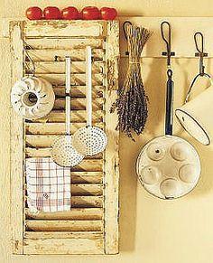 Leuk idee voor dit oude luik in de keuken by brocantepost, via Flickr