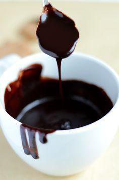 Polewa czekoladowa. Nie rozwarstwia się i można ją kilkakrotnie podgrzewać, gdy za bardzo stwardnieje. Wystarczy dolać łyżeczkę mleka.
