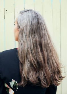 Going Gray? Everything You Need to Embrace Your New Hair Color. Grey Hair Don't Care, Long Gray Hair, Silver Grey Hair, White Hair, Hair Color Balayage, Hair Highlights, Natural Highlights, Pelo Color Plata, Grey Hair Inspiration