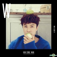 A member of Shinwa with fruit. It's not just for the young idols.