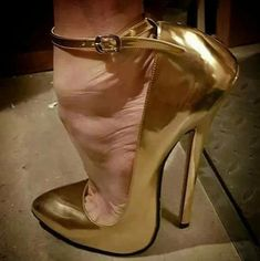 The heel, a bit over exaggerated, but stylish. Gold High Heel Sandals, Stiletto Shoes, Ankle Strap Heels, High Heels Stilettos, Ankle Boots, Extreme High Heels, Super High Heels, Hot Heels, Sexy Heels