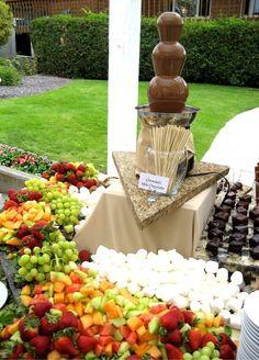 36 Ideas chocolate fountain display dessert tables for 2020 Chocolate Fountain Wedding, Chocolate Fountain Recipes, Chocolate Fountains, Dessert Buffet, Dessert Bars, Fruit Buffet, Dessert Tables, Italian Hot, Fruit Displays