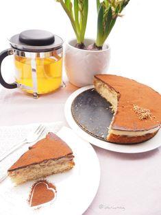 Veganer Bananen Schokolade Kuchen auf veganem Biskuit Teig. Ein schnelles und einfaches Rezept für vegane Bananenschnitten.