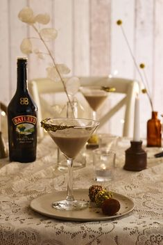 Treating up after a meal has never been so easy or delicious with the pairing of this photo-worthy Baileys Salted Caramel martini and colourful chocolate truffles.  Follow the link for recipe & method. #Ad #BohoWedding #WeddingIdeas #WeddingTrends2019 #PlanYourWedding #WeddingInspiration #WeddingCocktails #AfterDinnerDrink #AfterDinnerCocktail #MinimalistWedding #BaileysCocktail #BaileysCaramel #SaltedCaramelCocktail #DessertCocktail #Espressomartini #WeddingDrinks #WeddingCateringIdeas After Dinner Cocktails, Cocktail Desserts, Cocktail Recipes, Baileys Alcohol, Alcoholic Drinks To Make, Salted Caramel Martini, Espresso Martini, Wedding Catering, Chocolate Truffles