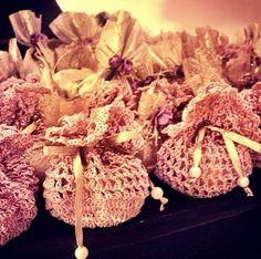 Saquinhos de crochê para bem casados.
