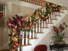 58 Best Christmas Decorations That Turn Your Staircase Into A Fairy Tale. It truly is the most wonderful time of the year! And decorating for the holidays can be a pleasure in itself. Elegant Christmas, Christmas Home, Christmas Wreaths, Christmas Ideas, Holiday Ideas, Stairway Garland, Christmas Staircase Decor, Basket Decoration, Xmas Decorations
