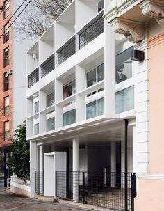 Exterior of the Maison du Docteur Curutchet in La Plata, Argentina, Le Corbusier. Le Corbusier Architecture, Architecture Résidentielle, Contemporary Architecture, Chinese Architecture, Futuristic Architecture, Architecture Organique, Famous Architects, Bauhaus, Modern Masters