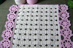 Tapete confeccionado em barbante na cor crú com rosetas de crochê rosa, também de barbante <br> <br>* Este já foi vendido, mas aceito encomenda em outras cores e tamanhos <br>** Consulte disponibilidade de cores