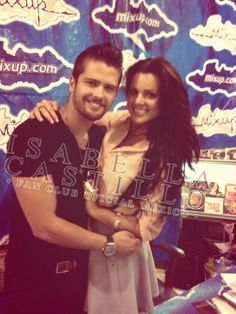 Isabella Castillo y Andrés Mercado en la firma de autógrafos del 30 de abril en México.