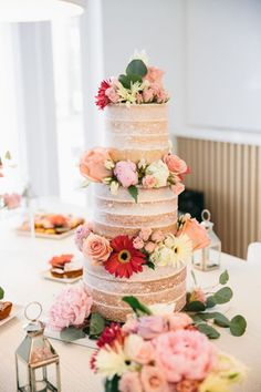 Bánh cưới 3 tầng decor hoa tươi lãng mạn