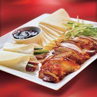 """O pato assado de Beijing, também conhecido como """"pato à Pequim"""" (""""Peking Duck"""") ou """"pato laqueado"""", é um dos pratos mais famosos da culinária da China. É uma receita muito antiga, servida nas cortes imperiais da China, feita com patos criados especialmente para esta preparação, temperados com molhos específicos, assados em fornos especiais e servidos com crepes muito finos, depois da carne ser cuidadosamente fatiada"""