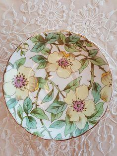 Se trata de una pieza rara. Flores dogwood amarillo pintado a mano Toscana. Sería una maravillosa adición a su colección. En excelentes estado-no hay chips, grietas o fisuras.