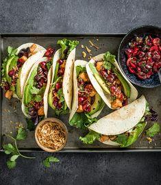 Probiere Lachs-Tacos mit Kirschen-Salsa jetzt bei FOOBY. Oder entdecke weitere feine Rezepte aus unserer Kategorie Avocado-Rezepte. Guacamole, Harissa, Bruschetta, Salsa, Mexican, Ethnic Recipes, Food, Salmon Tacos, Kid Cooking