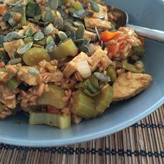 Granos de espelta, verduras, tempeh y semillas de calabaza.