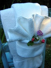 Fancy Shmancy Towel Fold Tutorial (not a napkin! Fun for the guest room. Serviettes Roses, Bathroom Towel Decor, Bathroom Staging, Design Bathroom, Bathroom Ideas, Towel Origami, Towel Display, Do It Yourself Design, Towel Animals