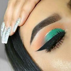 The best in cut crease eye shadow and eyeliner tips Eye Makeup Tips, Makeup Goals, Makeup Inspo, Makeup Inspiration, Beauty Makeup, Hair Makeup, Glo Makeup, Teal Eye Makeup, Purple Eyeliner