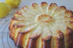 Gâteau nuage hypra moelleux au lait concentré et au citron - 1 boîte de lait concentré sucré (397g)- 4 oeufs- le jus de 2 citrons + le zeste d'un citron- 50g de beurre fondu- 120g de farine- 1 sachet de levure chimique- des amandes effilées