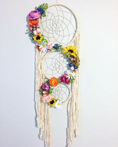Boho Chic uses a free-spirited and informal feeling in creating a room's look. Here's how you can create a perfect Boho Chic look - inspired just by you. Grand Dream Catcher, Large Dream Catcher, Dream Catchers, Ruffle Yarn, Diy And Crafts, Arts And Crafts, Cork Crafts, Paper Crafts, String Art