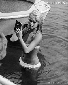 Brigitte Bardot, et son bikini à froufrous. On remarque que ce modèle est largement repris par les stars daujourdhui, notamment Rihanna et Kate Hudson, qui en raffolent.