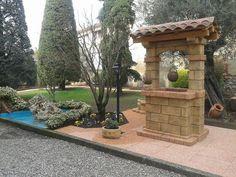 Pozzo da giardino in pietra ricostruita, mod. country, colore: old stone. Località: Castiglione Olona (Varese).