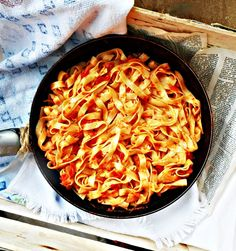 Tagliatelle cu sos de rosii, pasta de ardei si busuioc