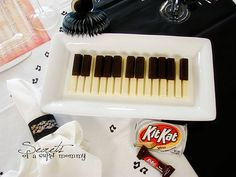 Piano treat made with Kit Kats. So creative. Perfect for a piano recital or any musical event. Piano Cakes, Piano Recital, Music Party, Fun Music, Cute Food, Yummy Food, Teacher Gifts, Food Art, Kids Meals