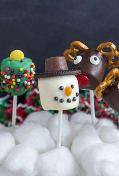 These easy Christmas candy recipes, from Christmas crack to chocolate fudge, are guaranteed to fill you with cheer this holiday season. Find one of the best Christmas candy recipes here that'll wow all of your guests. Easy Christmas Candy Recipes, Holiday Snacks, Christmas Goodies, Homemade Christmas, Christmas Desserts, Christmas Treats, Diy Christmas, Marshmallow Snowman, Marshmallow Treats